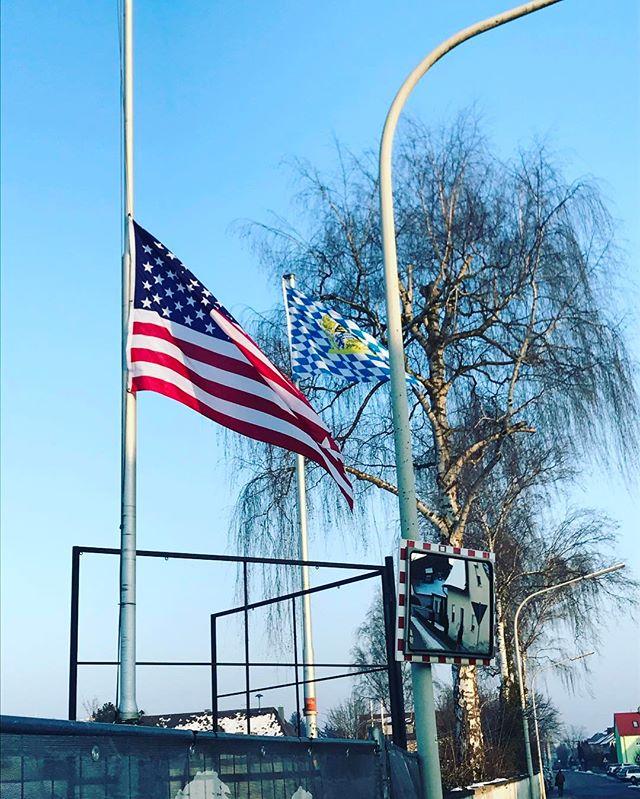 USA Flagge auf Halbmast. Irgendwie passt das in die Zeit.